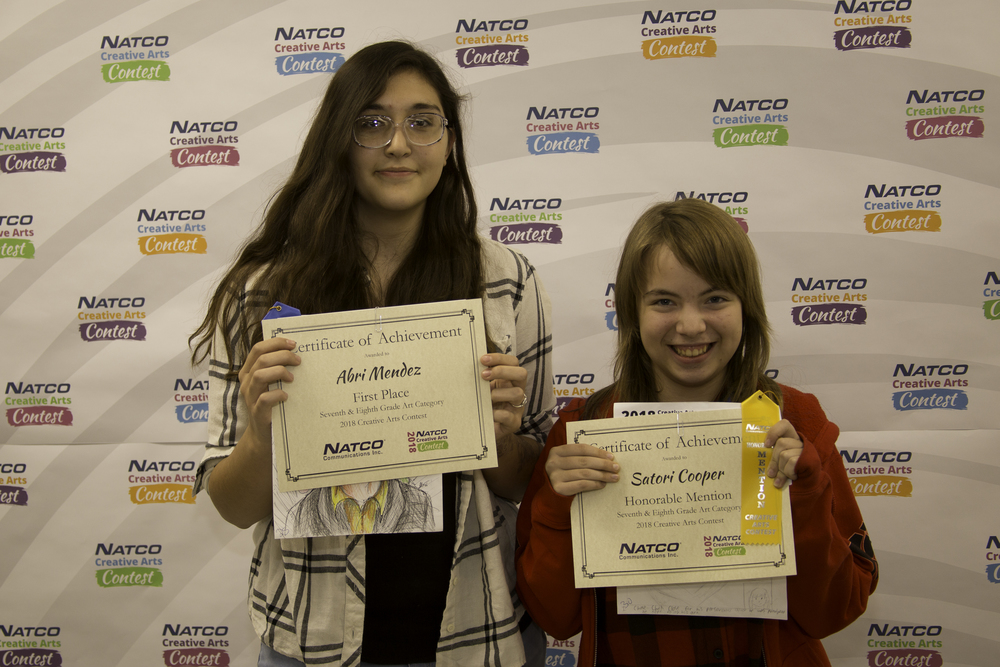 2 children holding award